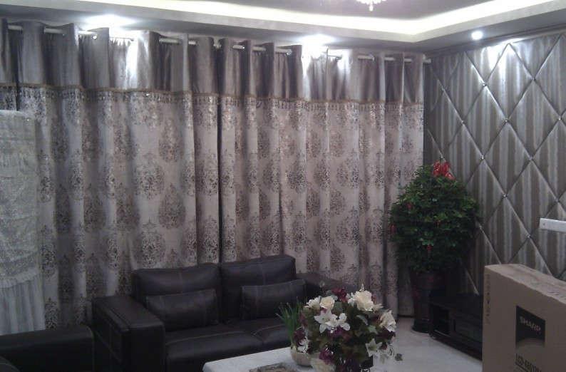 灰色壁纸搭配窗帘