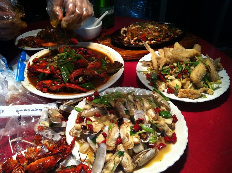 【虫虫吃】继续吃海鲜, 晚上九龙大排档,龙虾扇贝蛏子