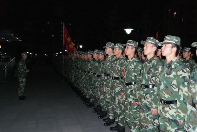 军人,一个响亮而崇高的称号!在你们血汗的见证下,祖国才这般强大、富有、安康,我们的生活才这样的宁静、幸福、温馨。因此,我要唱,大声地为你歌唱,将心中最甜美的歌献给军人;我要说,大声地说:我要赞美你,军人!向军人敬礼! [attachment=8023718] 一个神圣的名字, 令世人羡慕与敬仰。 [attachment=8023751] 军营中你的歌声是那么嘹亮, 训练场上你的意志是那么刚强, 忠心报国是你不变的愿望, 满天星光倾听你的忠肠, 满腔柔情只有在心底深藏, 花前月下成了你美丽的梦想。 你把真爱