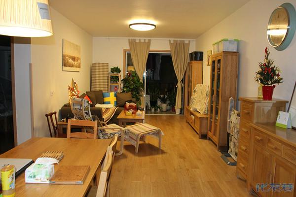墙+通铺实木地板+实木家具+金属货柜衣柜+白色橱柜