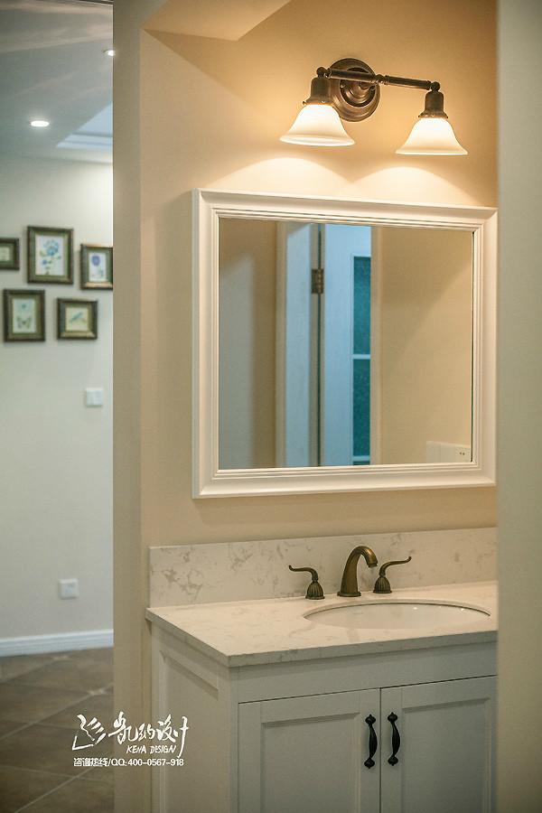 卫生间用的是木纹砖,淋浴房为使用方便